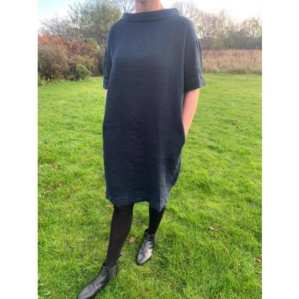 by basics OWN kjole i kraftigt hør - mørkeblå